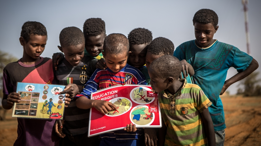 Young students in Mali look at educational material. UN Photo/Harandane Dicko