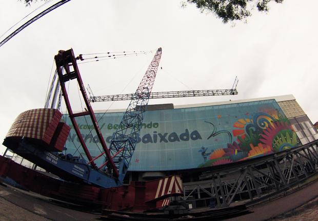 Primeira viga do teto retrátil da Arena foi instalada nesta sexta-feira