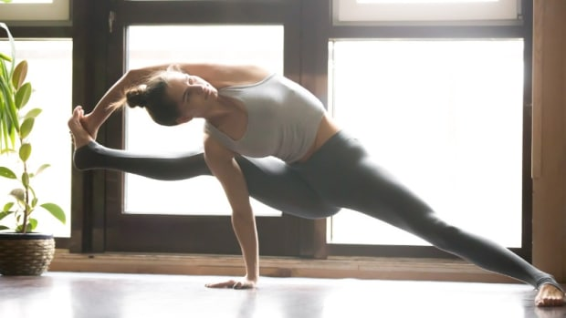 young-attractive-woman-in-visvamitrasana-pose-home-interior-bac-picture-id639189182