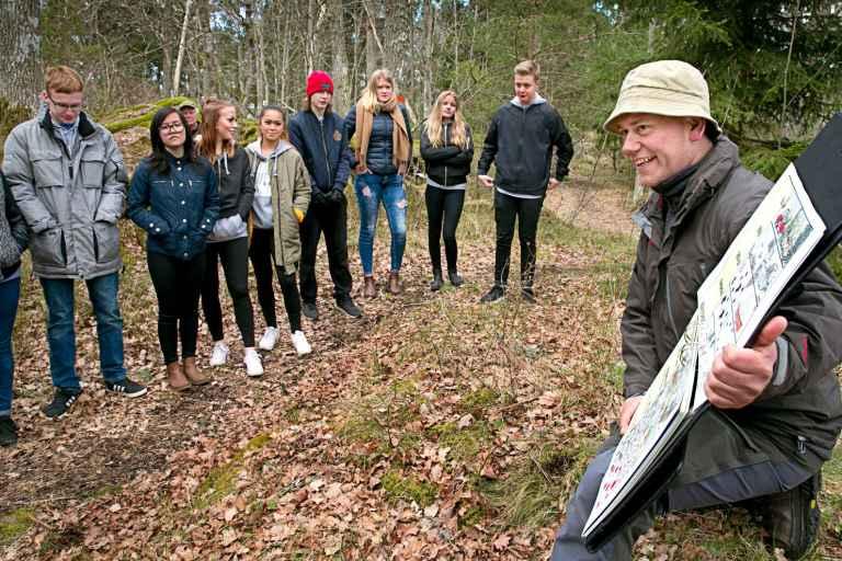 När Mathias Karlsson inte kampanjar för Liberalerna kan han ses som guide för SKB.