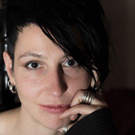 """""""Das Leben des Vernon Subutex"""": Jule Govrin ist Philosophin und forscht an der Schnittstelle von Politischer Theorie, Sozialphilosophie und Ästhetik. Neben ihrer akademischen Arbeit ist sie journalistisch tätig, u.a. als Gastautorin von """"10 nach 8""""."""