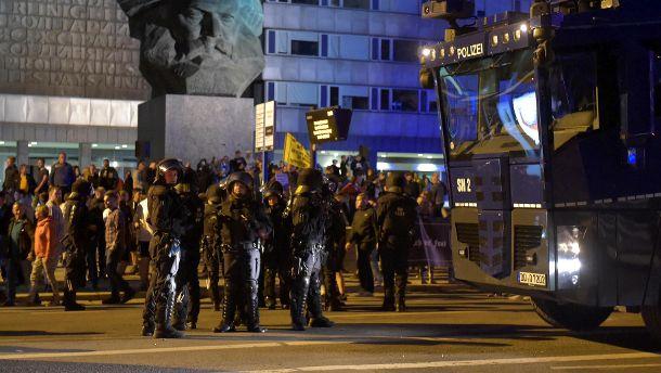 Wasserwerfer und Bereitschaftspolizisten vor dem Karl-Marx-Denkmal: In Chemnitz ist es den zweiten Tag in Folge zu Ausschreitungen rechtsextremer Demonstranten gekommen. (Quelle: Reuters/Matthias Rietschel)