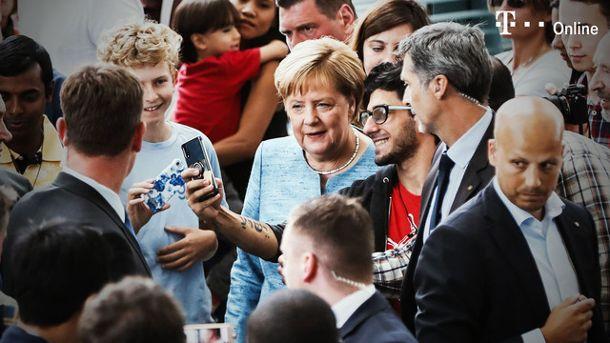 Angela Merkel offenbart sportliche Schwächen (Screenshot: Reuters)