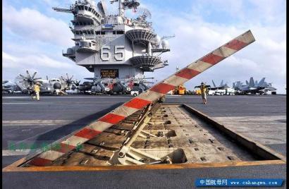 """航母舰载机起飞,为啥后面要竖块""""板""""?"""