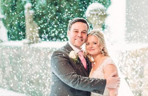 新婚夫妇暴雪婚礼 意外天气带来一场最浪漫的