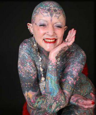 Самая татуированная старушка Элейн Дэвидсон побрилась налысо