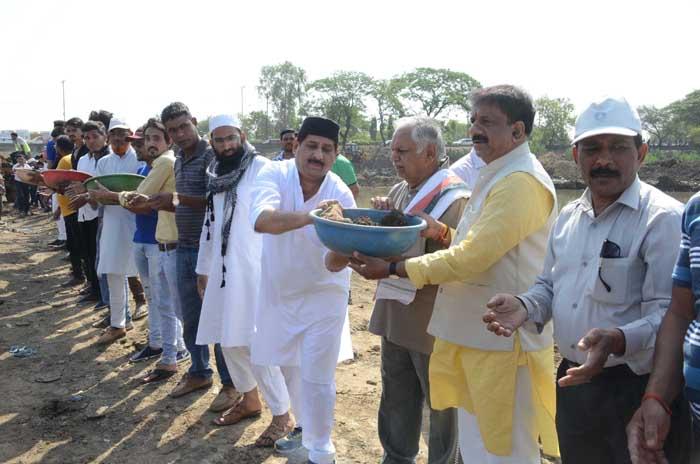 वरिष्ठ कांग्रेस नेता सुरेश पचौरी ने भदभदा पहुंचकर बड़ी झील के गहरीकरण कार्यक्रम में श्रमदान किया। इस अवसर पर उनके साथ महापौर आलोक शर्मा और कांग्रेस नेता आरिफ मसूद मौजूद रहे।