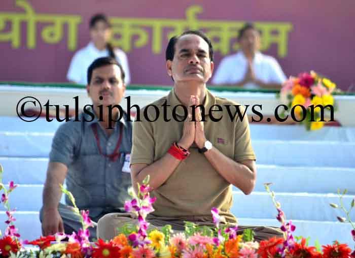 Shivraj singh Chouhan performing Yoga 4