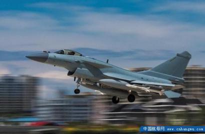 外媒评歼 10C 不可想象!两款空空导弹厉害!完成航母上试飞!