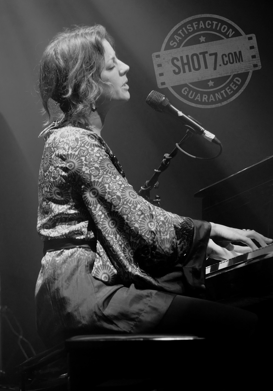 Sarah McLachlan on piano live concert photo canada shot7.com