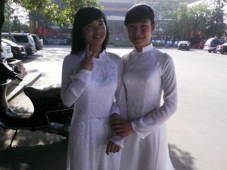 Bùi Ngọc Ánh (bên trái) - thủ khoa Học viện báo chí tuyên truyền năm 2012.