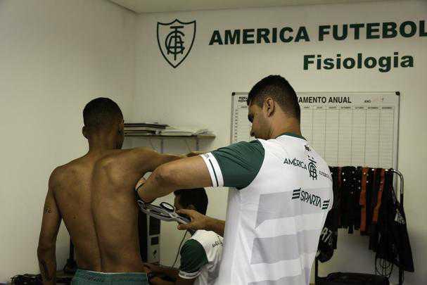 O América se reapresentou nesta quinta-feira para a próxima temporada. Além de já contar com os reforços, o Coelho mostrou o novo uniforme de treino, da Sparta, marca-própria do clube