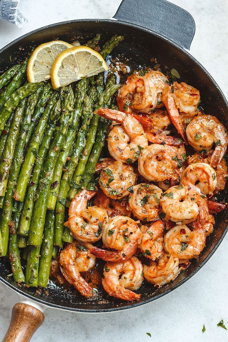 Garlic Butter #Shrimp with #Asparagus - #eatwell101 #recipe - So much flavor and so easy to throw together, this #shrimp #dinner is a winner!