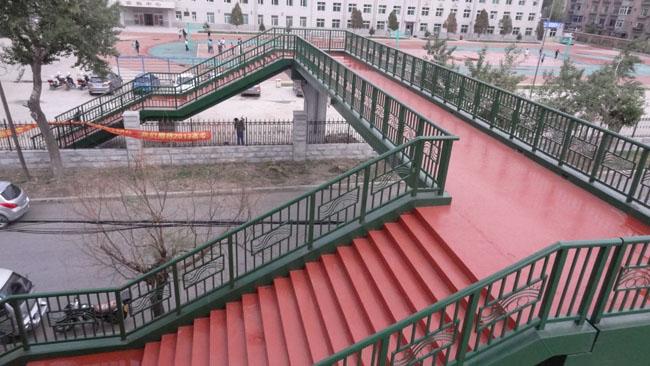 两校区间过街天桥 2013年5月末交付使用