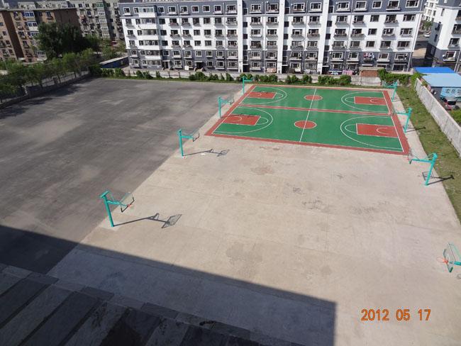 东校区操场新建成两个塑胶篮球场