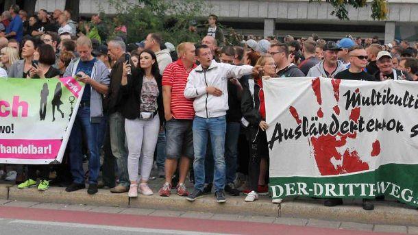Keine Kontaktscheu bewies AfD-Aktivistin Leyla Bilge: Direkt neben militanten Neonazis positionierte sich die Mitarbeiterin des Bundestagsabgeordneten Ulrich Oehme. Ihre Gruppe skandierte Slogans der Partei. (Quelle: Katia Vasquez Pacheco)
