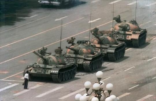 六四之夜北京长安街阻挡解放军坦克的照片