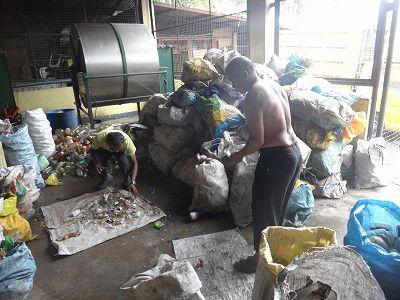 パヤタス瓶リサイクル労働者2人