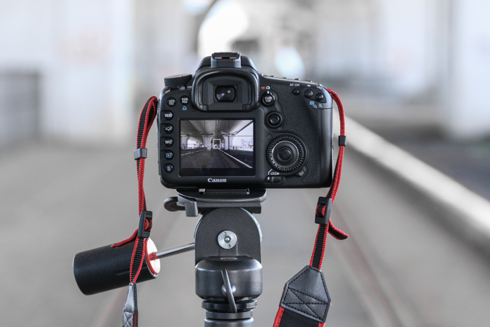 A DSLR camera set up on a tripod - test my camera for autofocus issues