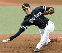 SoftBank Hawks right-hander Rei Takahashi earns his fourth straight win of the season as his team beats the Seibu Lions 16-5.(Kyodo)