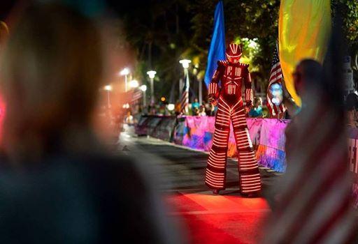 A imagem pode conter: uma ou mais pessoas, noite, listras e atividades ao ar livre