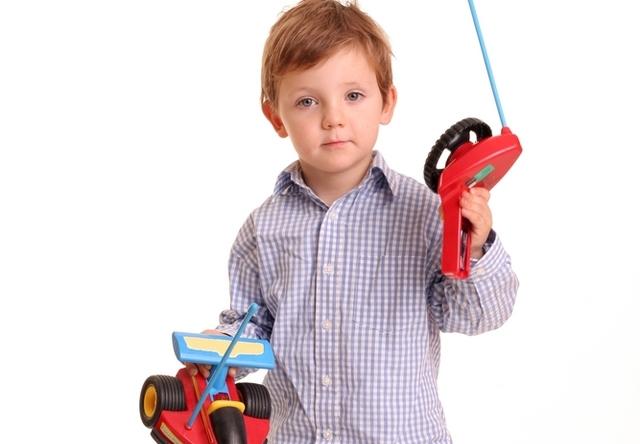 Игрушки на радиоуправлении понравятся детям этого возраста. Фото с сайта s1.tchkcdn.com
