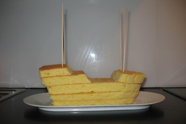 Соберите форму из бисквитных слоев