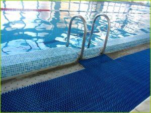 Противоскользящий коврик вокруг бассейна