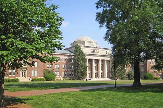 Davidson-College-small-college-book-lovers