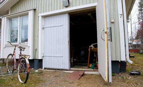 Paineaalto lennätti autotallin ovet auki ja tavarat pihalle.