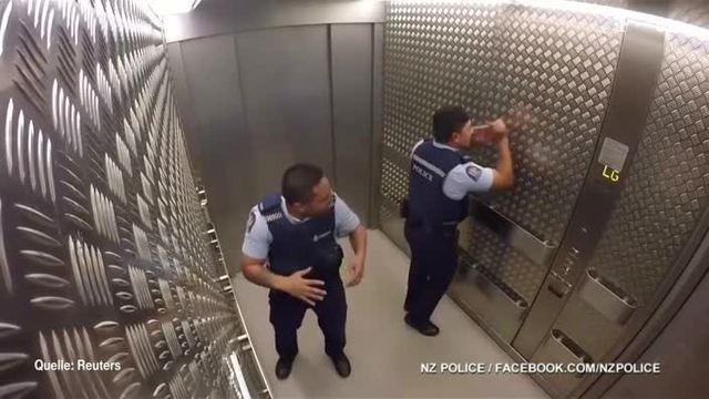 Polizisten begeistern mit ihrem Auftritt. (Screenshot: t-online.de)