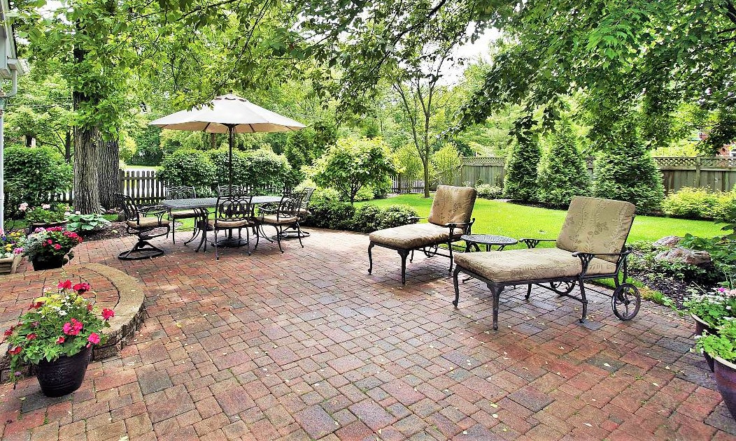 flagstone-patio-paving-in-a-mix-of-sizes