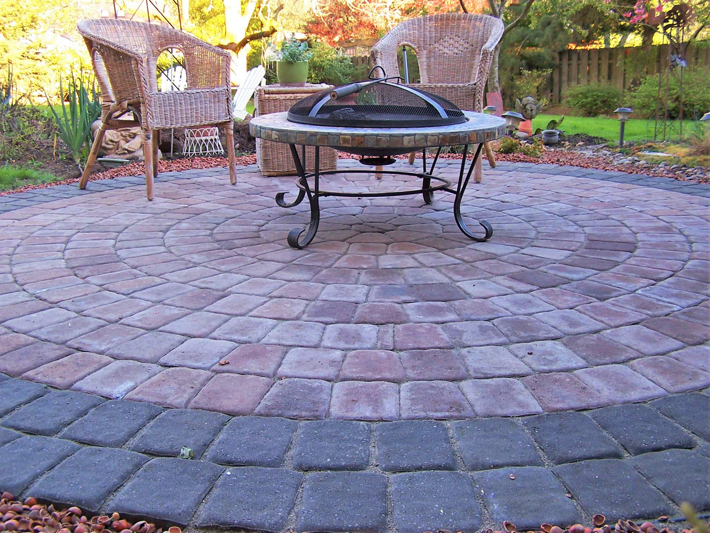 cobble-paved-patio-in-a-circular-pattern