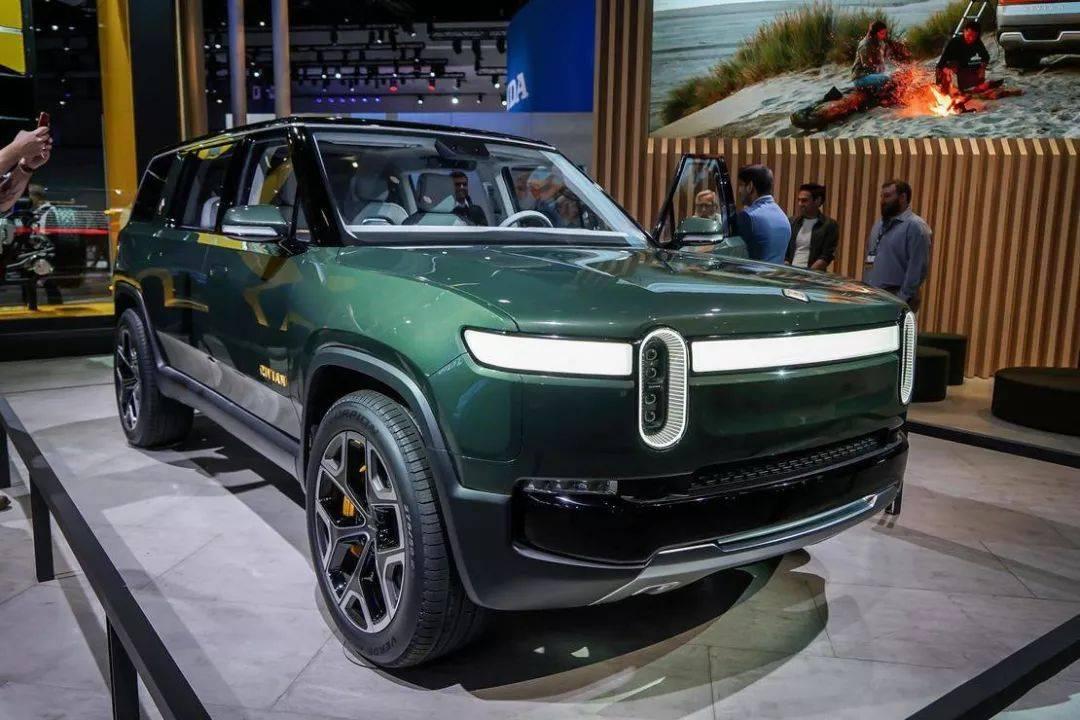 RIVIAN R1S自然就是该车企旗下的一款新能源车 定位为七座SUV