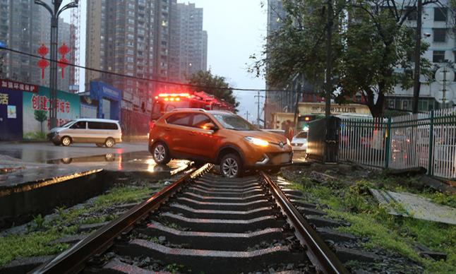 火车要来 被困铁轨