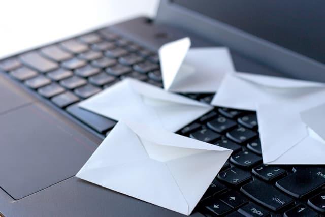 パソコンの上の手紙