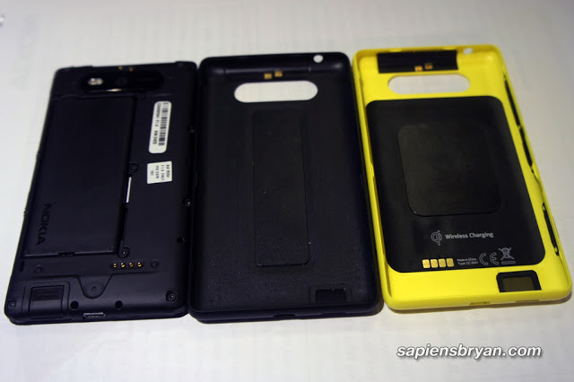 Nokia Lumia 820 with original back cover (middle) & back cover with wireless charging feature (right)