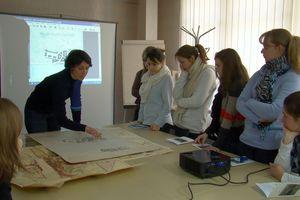 """la classe de seconde """"Patrimoine"""" du lycée Dessaignes de Blois, lors d'une séance aux Archives départementales (41)"""