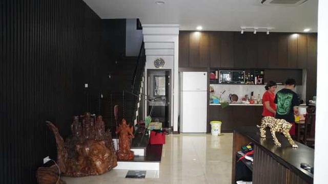Nằm ở vị trí ngay tầng 1 khu chung cư nên căn hộ được thiết kế theo kiểu shophouse (thông từ tầng 1 lên tầng 2) với diện tích 170 m2. Đây cũng là điểm mà nghệ sĩ hài ưng ý nhất ở căn nhà vì vừa ở nhà mặt đất nhưng vẫn được hưởng những tiện ích như chung cư.