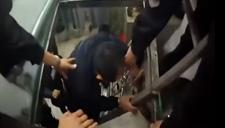 实拍微胖小偷逃跑被卡住 警察:看你搞这么累